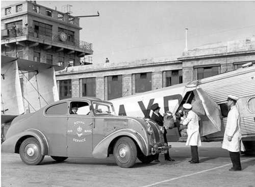 Croydon Airport - Loading bags onto Horatius (British Postal Museum & Archive)