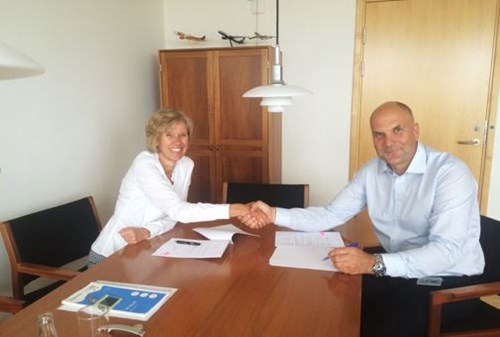 Signing of the agreement: Anne Kathrine Jensen, CEO, Entry Point North and Claus Skjærbæk, COO, Naviair